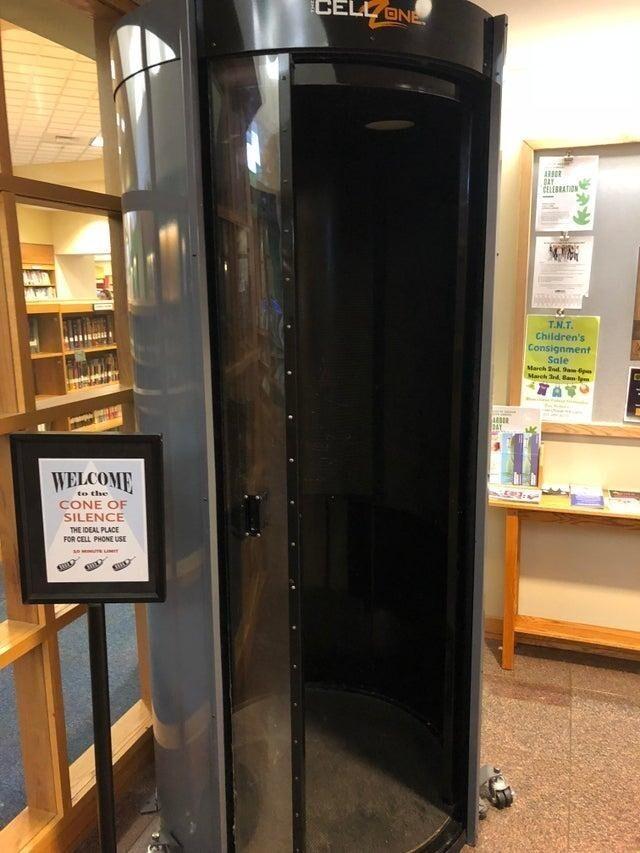 В библиотеке установили специальную звуконепроницаемую кабину, и если кому-то нужно поговорить по телефону - всегда пожалуйста!