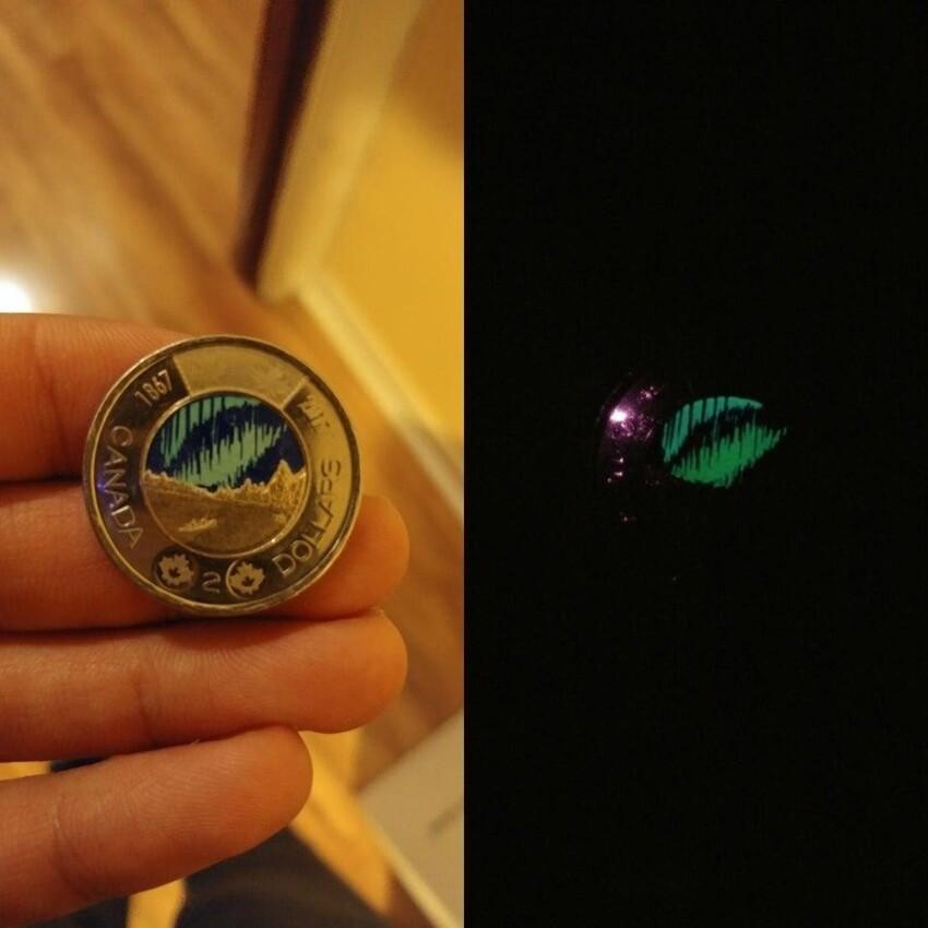 На монете в 2 канадских доллара изображено северное сияние, которое светится в темноте