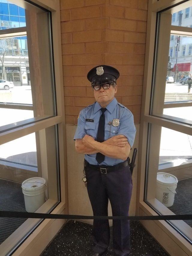Эта реалистичная фигура полицейского отпугивает нарушителей порядка