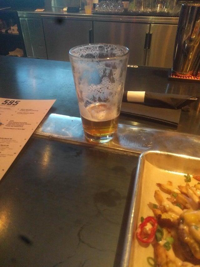Металлическая пластина на барной стойке сделана специально, чтобы пиво оставалось прохладным