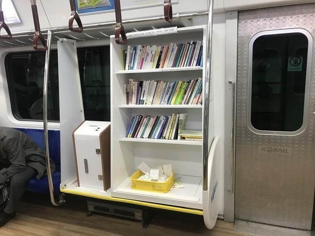 Книжный шкаф в общественном транспорте, чтобы люди не скучали в долгой дороге