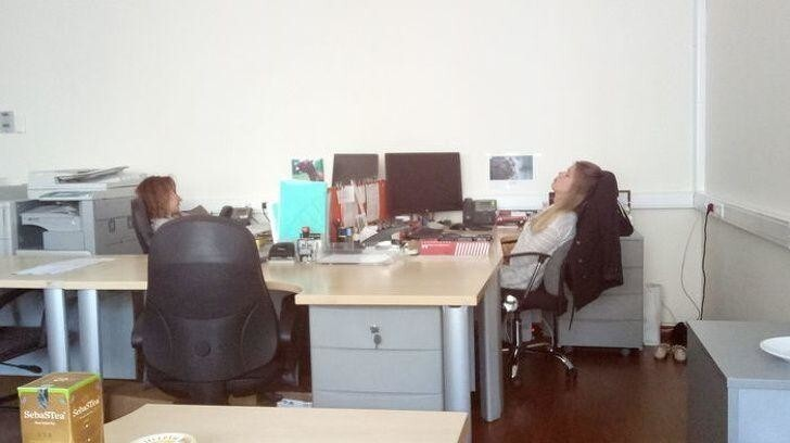Разгар рабочего дня, когда начальник в отпуске