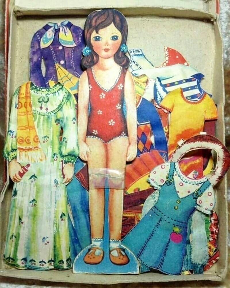 Даже покупать куклу было порой не обязательно: рисовали сами и вырезали себе игрушку