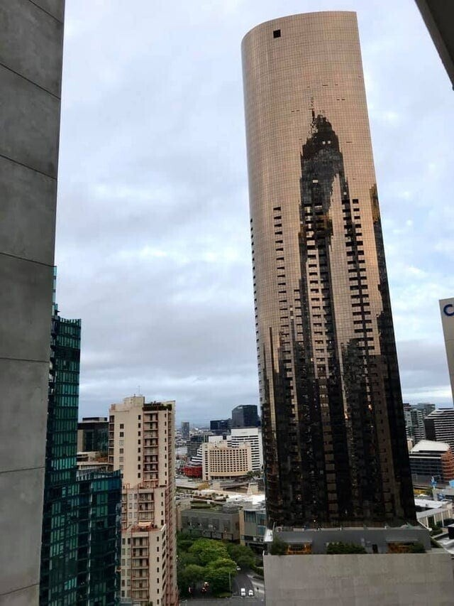 «Отражение выглядит так, как будто инопланетные боевые машины-треножники из «Войны миров» вторглись в Мельбурн»