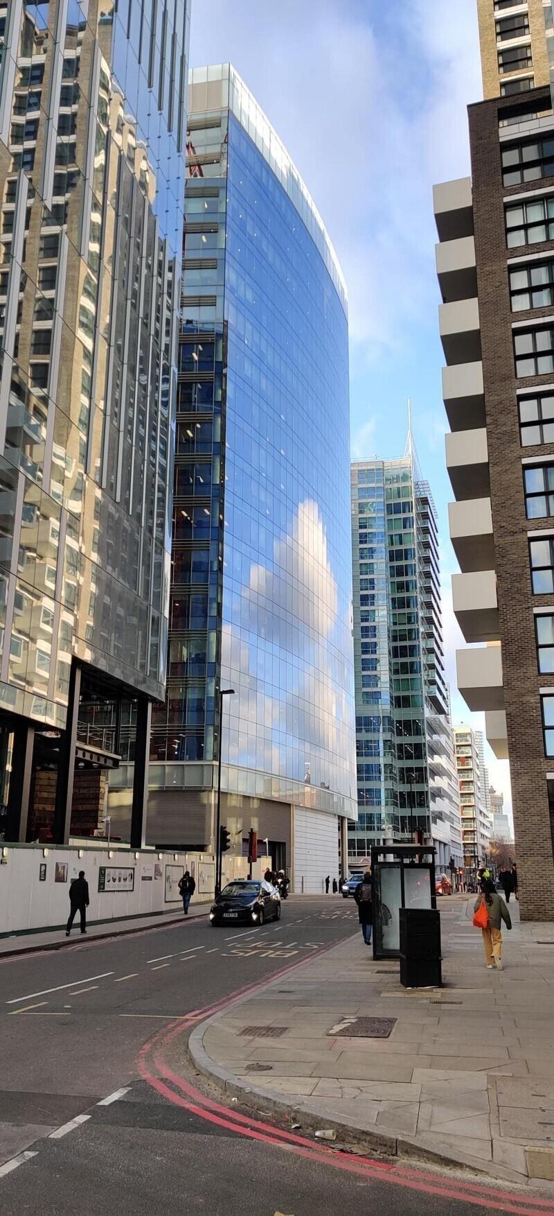 Облака отражаются в здании и выглядят пиксельными