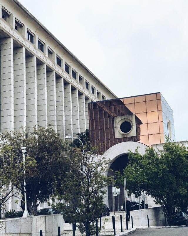 Отражение заканчивает здание
