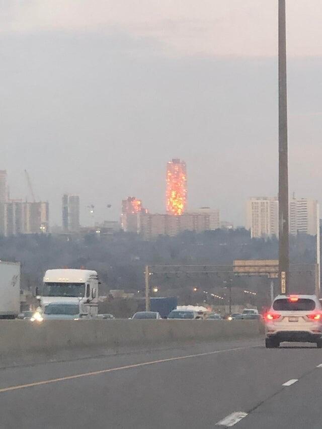Из-за отражения заката кажется, будто здание охвачено пламенем