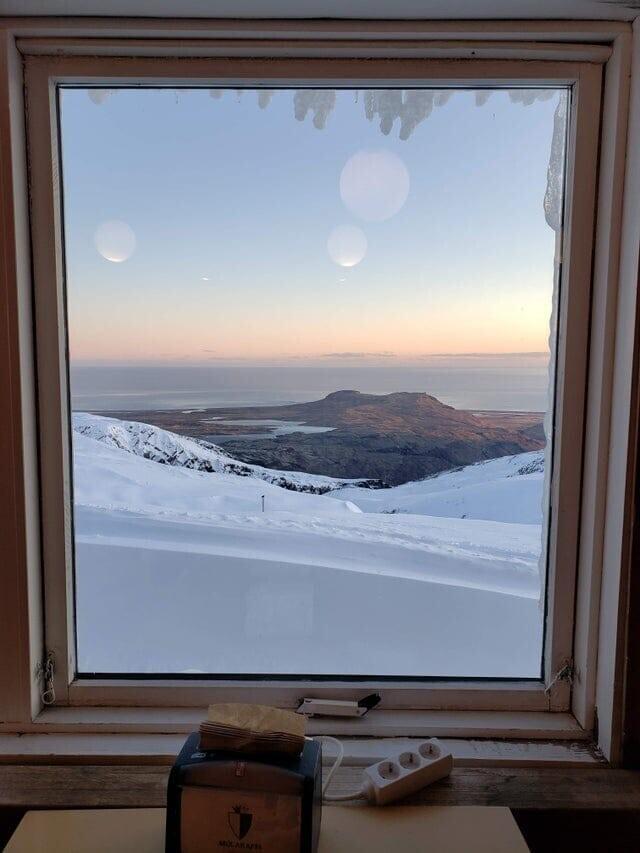 «Из-за отражений светильников и оконной рамы эта фотография, которую я сделал в Исландии, выглядит как картина другой планеты»