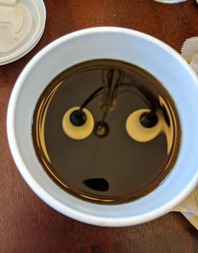 Люстра отражается в кофе и делает его удивлённым