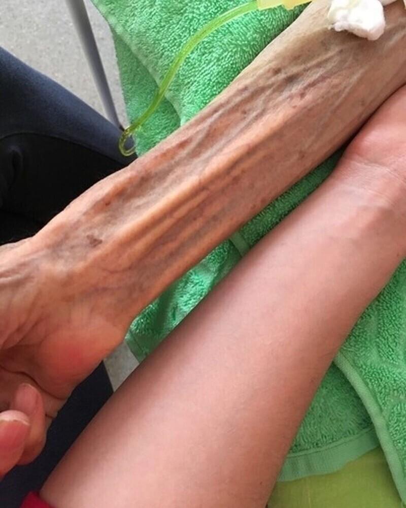 17. Руки бабушки и внучки