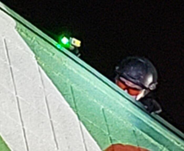 Что это за сканер, который был у полицейского на крыше во время протеста? Казалось, что светит зеленым лазером на некоторых людей в толпе