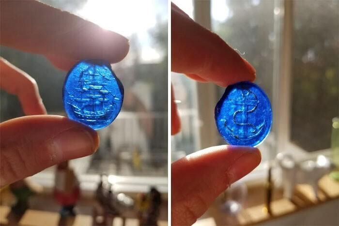 """Синий стеклянный жетон, найден в поле во Франции. Один из флагов корабля выглядит как """"Юнион Джек"""". Игровая фишка или исторический артефакт?"""