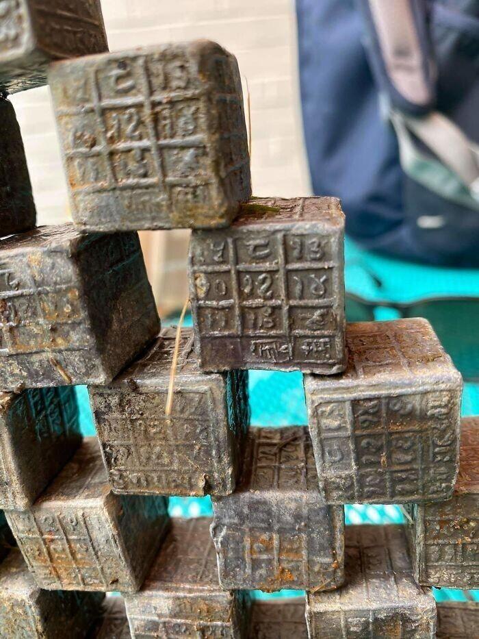 Эти свинцовые блоки были найдены в реке Великобритании. 125 г каждый. Кто-нибудь может их идентифицировать?