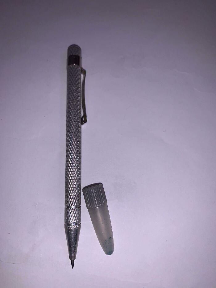 Что это?! Это не ручка, кончик острый, металлический и не пишет. Нет места для чернил, графитового стержня или чего-либо еще