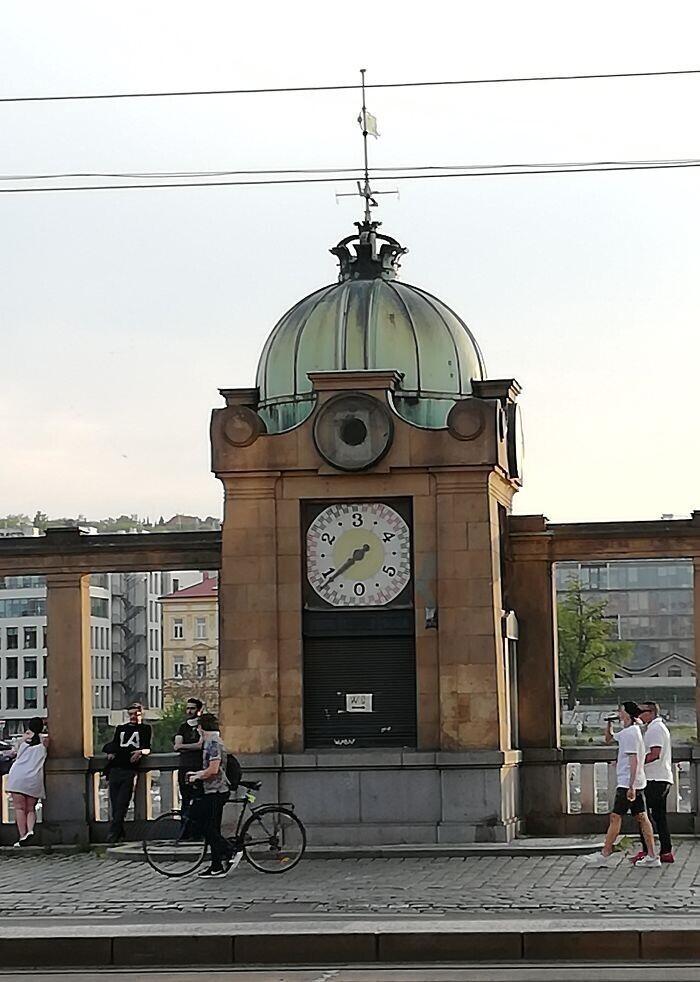 24. Часы с числами от 0 до 5, находятся в Праге. Для чего они?