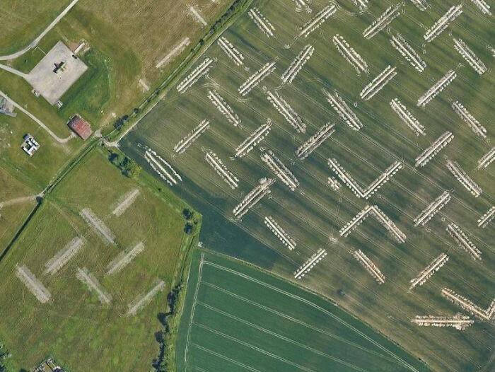 Траншеи в поле рядом с аэропортом. Раньше их там не было. Для чего они?
