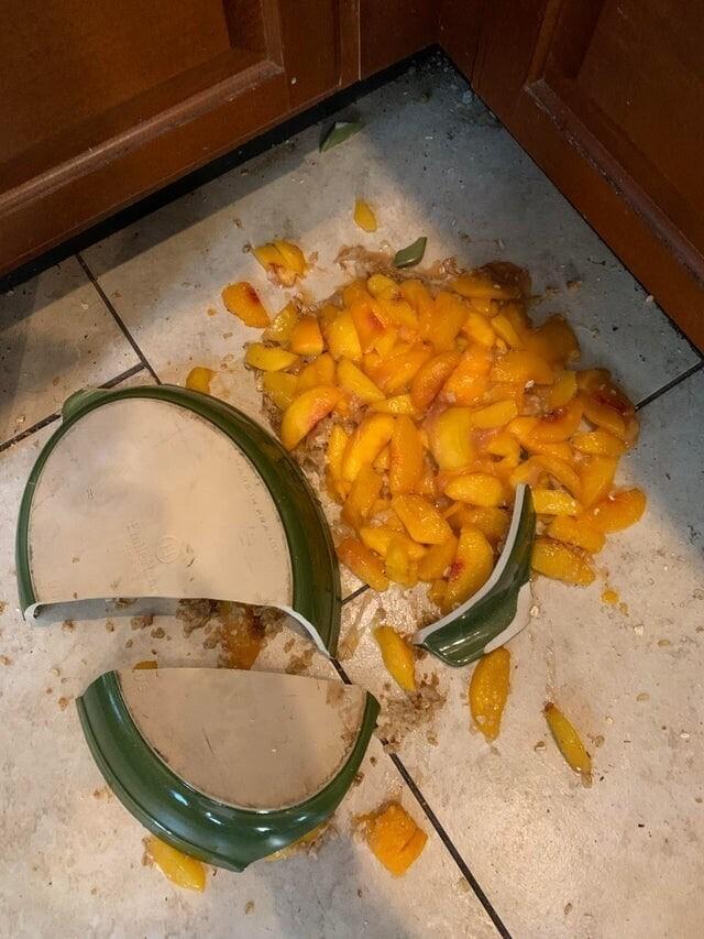 «Моя жена целый час работала над этим персиковыми криспами и разрыдалась прямо перед тем, как мои родители пришли к нам»