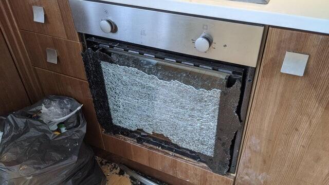 «Сегодня, убираясь и собирая вещи для переезда, я задел дверцу духовки и разбил стекло»