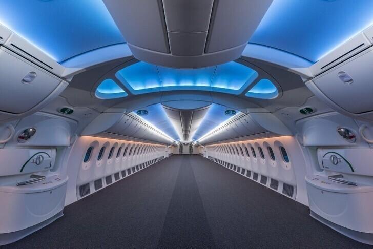 """Представляли, как выглядит самолет без людей? А без кресел? На фото пустой салон """"Боинга-787"""""""