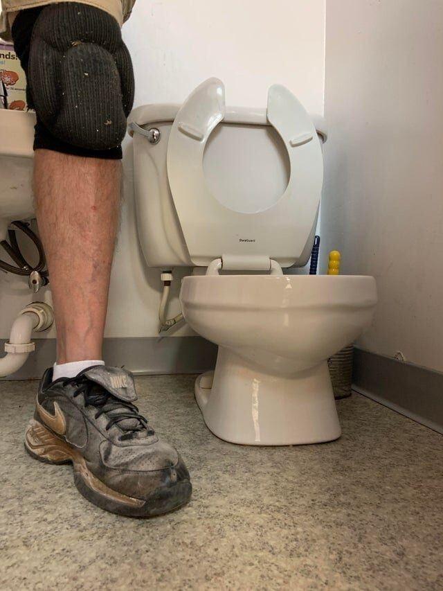 Взрослый человек и туалет в детском саду