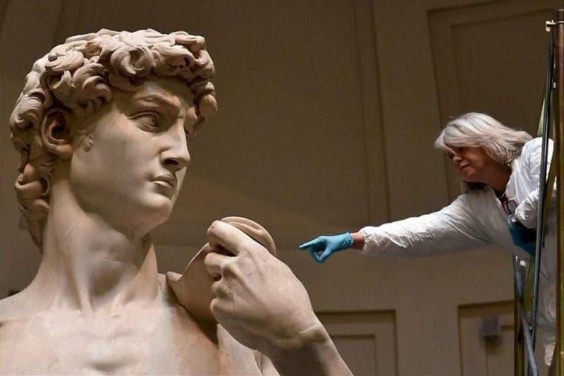 Рядом с человеком становится ясно, насколько большой «Давид» Микеланджело