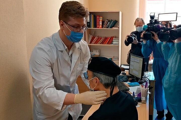 Д'Артаньян уже не тот: упал со стула перед вакцинацией