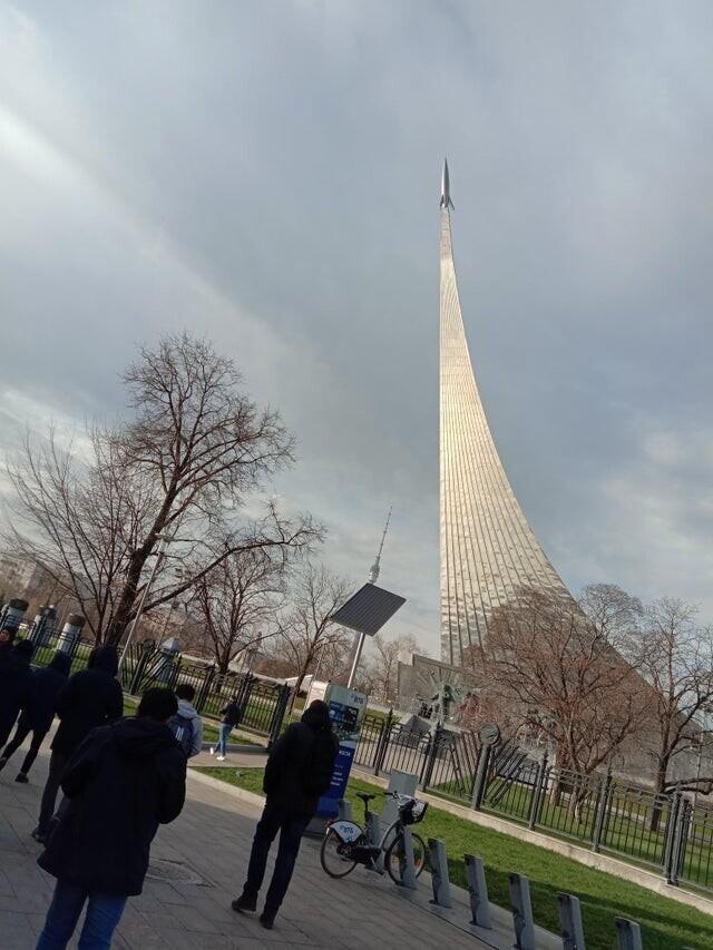 Монумент покорителям космоса в Москве, высота 107 метров