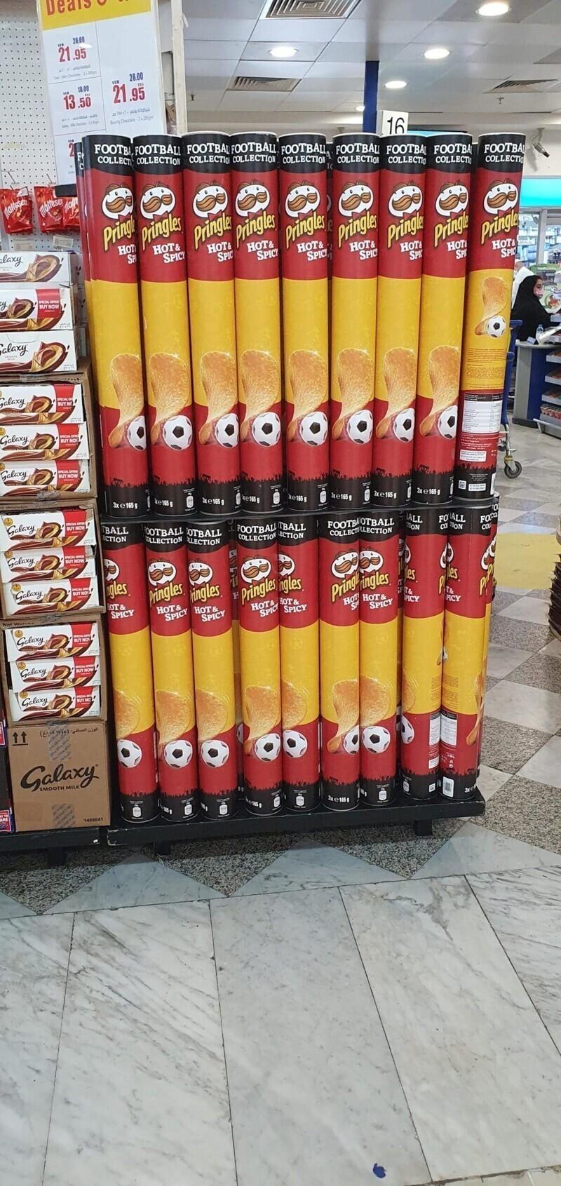 Упаковка Pringles длиною в метр