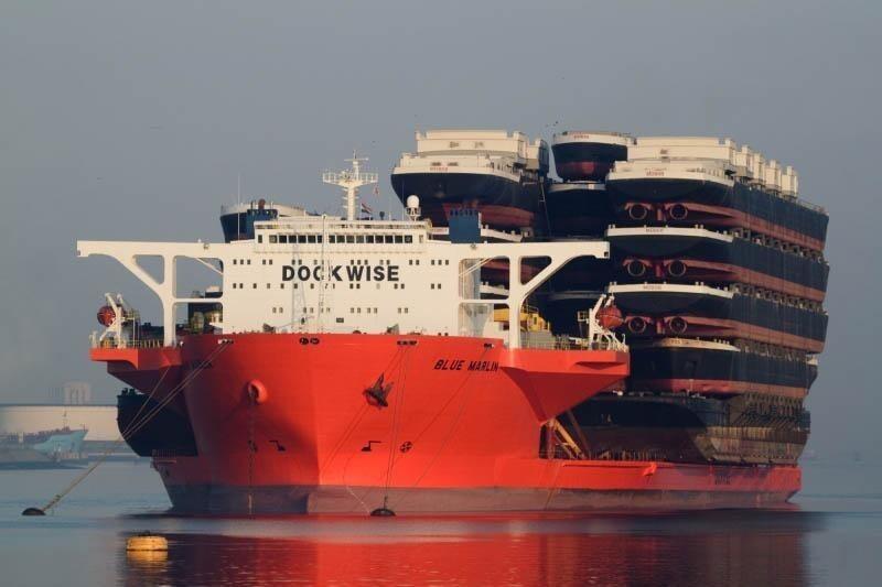Это гигантское судно перевозит суда поменьше