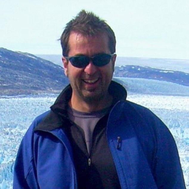50-летний профессор-гляциолог Университета штата Мэн Гордон Гамильтон погиб в результате крушения снегохода и падения в 100-футовую расселину во время исследования в Антарктиде.