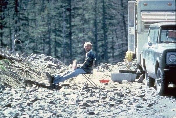 Вулканолог, изучающий гору Сент-Хеленс за 13 часов до собственной смерти