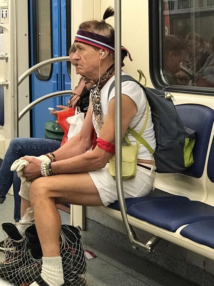 Продолжаем рассматривать странных людей из московского метро