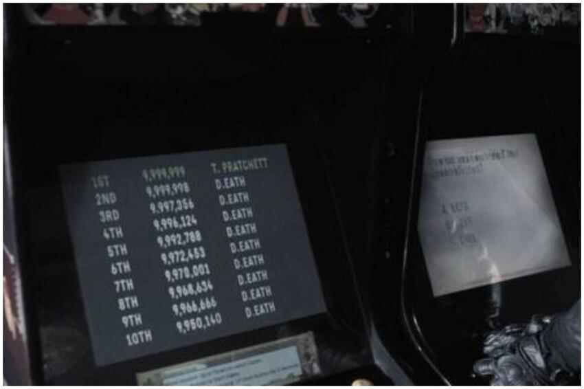 Пасхалка из Благих Предзнаменований - в пятой серии, когда Смерть играет в игровые автоматы, видна таблица рекордов. Смерть побил рекорды всех, но человека на первом месте ему победить так и не удалось.