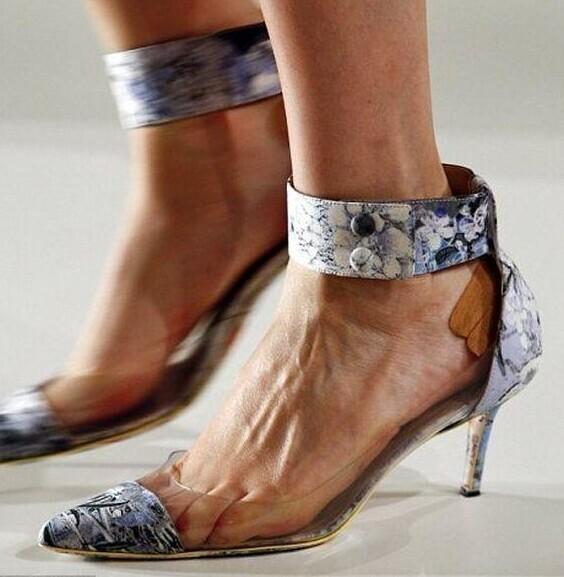 На  показах у многих моделей на ногах наклеено по нескольку пластырей, прикрывающих их «производственные травмы».