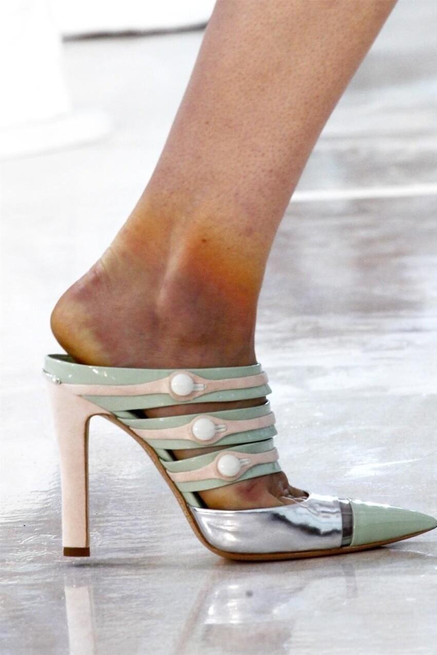 Конечности моделей, покрытые синяками разных цветов от синего до коричневого, а также мозоли, натоптыши и «убитые» неудобной обувью пальцы.