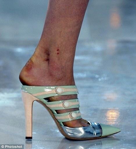 На  показы часто приносят вату, чтобы модели с маленьким размером ноги могли ходить по подиуму - вату напихивают в носок обуви и ходить становится еще сложнее