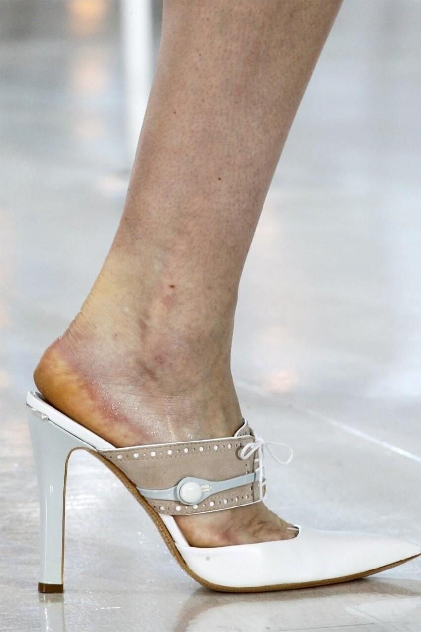 По словам знатоков модной индустрии, обычно моделям выдают обувь 40 размера, и если девушка не является обладательницей именно такого размера, то ей остается либо втискивать свои ноги в слишком маленькие туфли, либо стараться не упасть в туфлях, кото