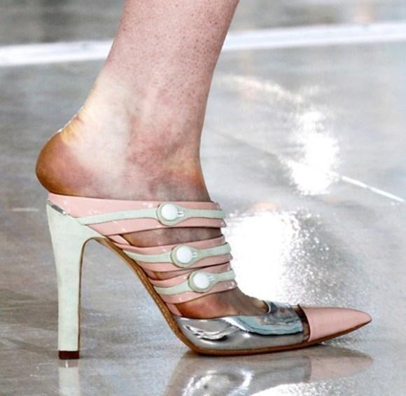 После  недели моды  труженицы подиума подсчитывают не барыши, а количество синяков на своих ногах.