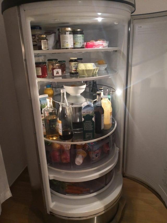 В этом холодильнике вращающиеся полки