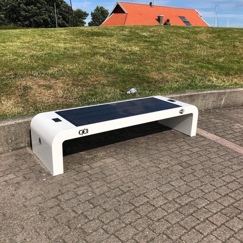 Скамейка с солнечной батареей. Здесь вы можете зарядить свой телефон.