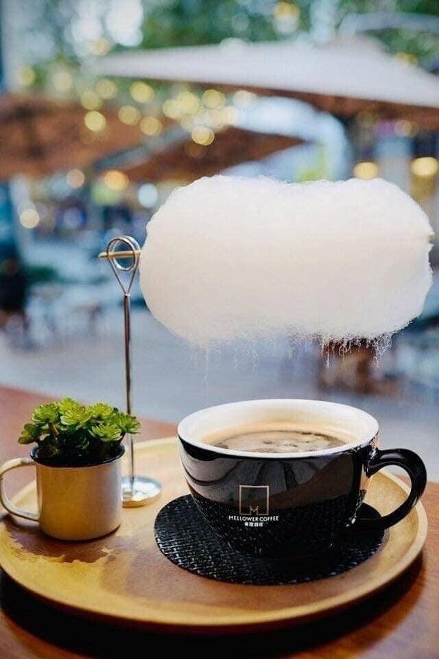 В одном из ресторанов Шанхая подают кофе с сахарной ватой. Из-за горячего пара она нагревается, и начинается сладкий дождь