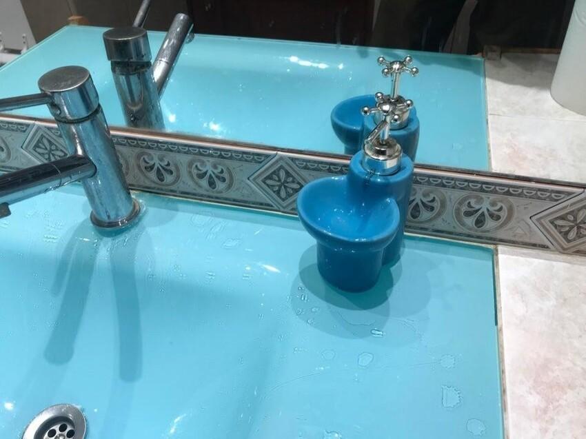 Излишки жидкого мыла попадают в специальную ёмкость