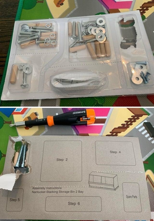 Детали для сборки мебели упакованы по порядку действий