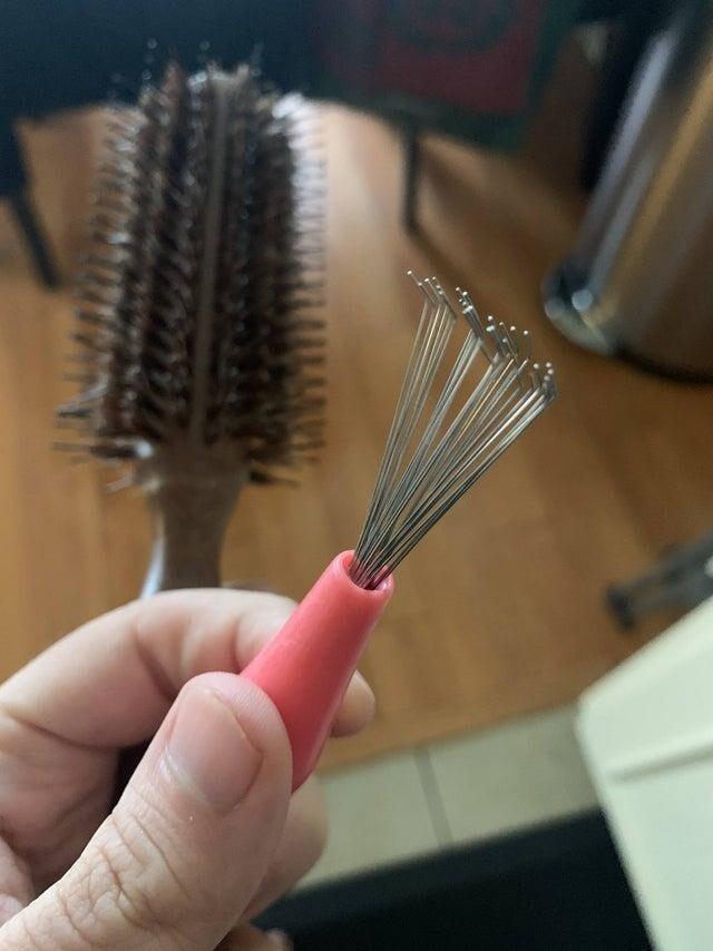 К щётке для волос прилагается прибор для её чистки
