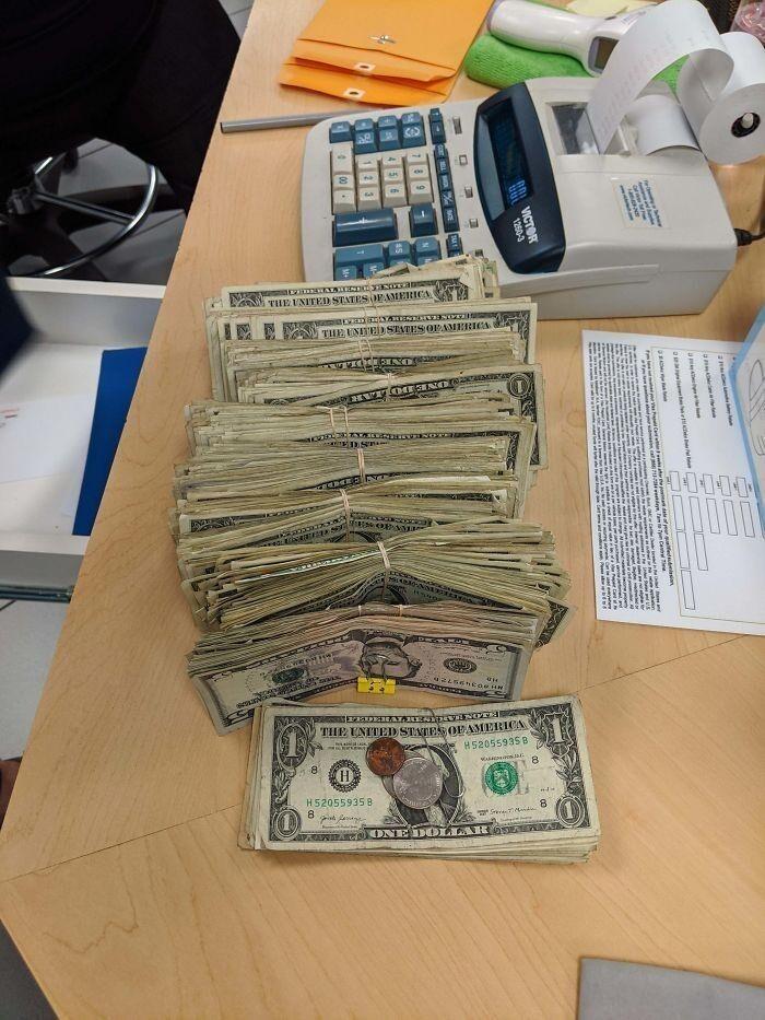 Клиентка, которая работает в Sonic, расплатилась за тысячедолларовый ремонт купюрами номиналом 1 и 5 долларов.