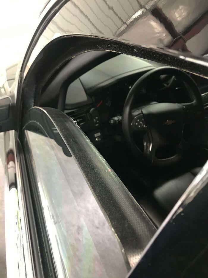 Автомобиль частной службы безопасности с пуленепробиваемым стеклом толщиной в дюйм.