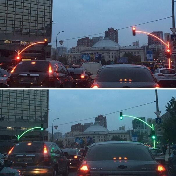 Эти удобные светофоры можно разглядеть даже за крупногабаритным транспортом, чего не скажешь об обычных светофорах. Кстати, фотография сделана в Украине.