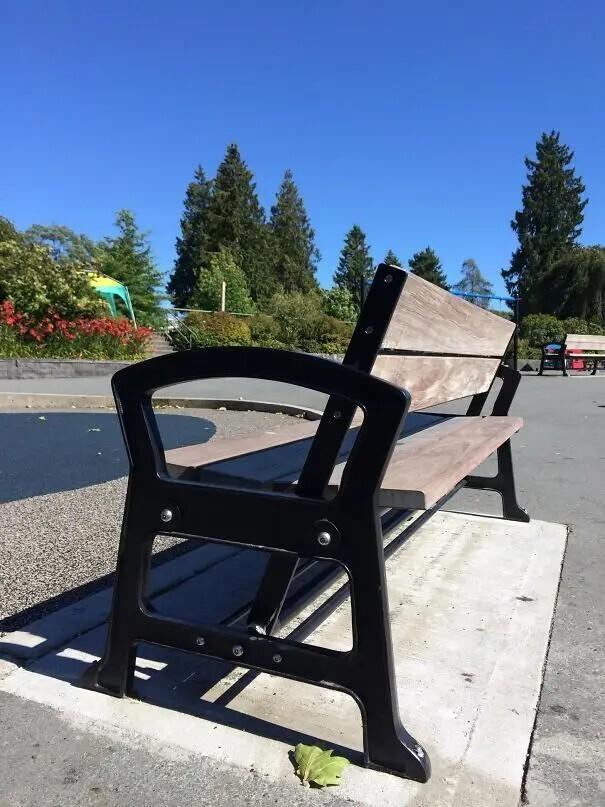 Спинка этой скамьи вращается в обе стороны, чтобы люди сами могли выбирать, куда им смотреть.