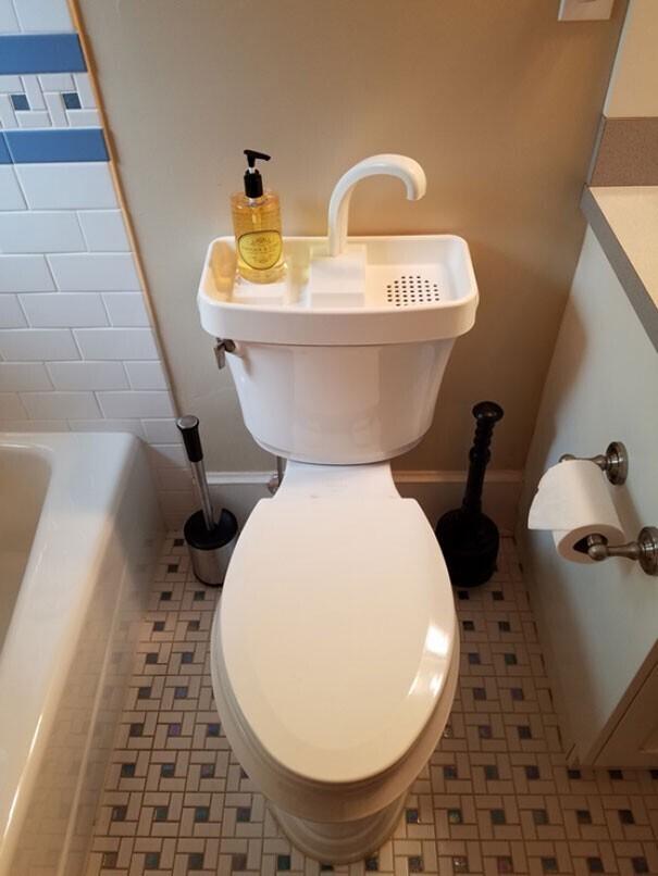 Благодаря такому устройству, можно мыть руки и использовать воду для слива воды в унитазе. Очень удобно и экономно.