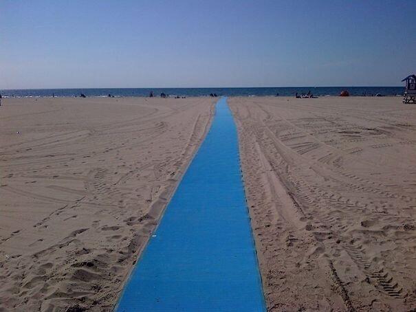Дорожка на пляже, по которой могут проехать люди на инвалидных колясках, ведь крутить колеса по песку — задача не из простых. Кстати, матерям с маленькими детьми это тоже сильно облегчит жизнь.